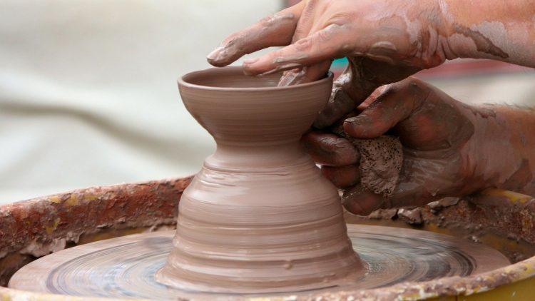 Pois como vaso nas mãos do oleiro, assim estais vós em minha mão, casa de Israel.