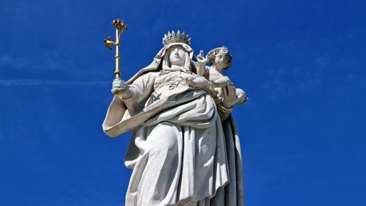Maria: única mãe escolhida. Está gloriosa no Céu